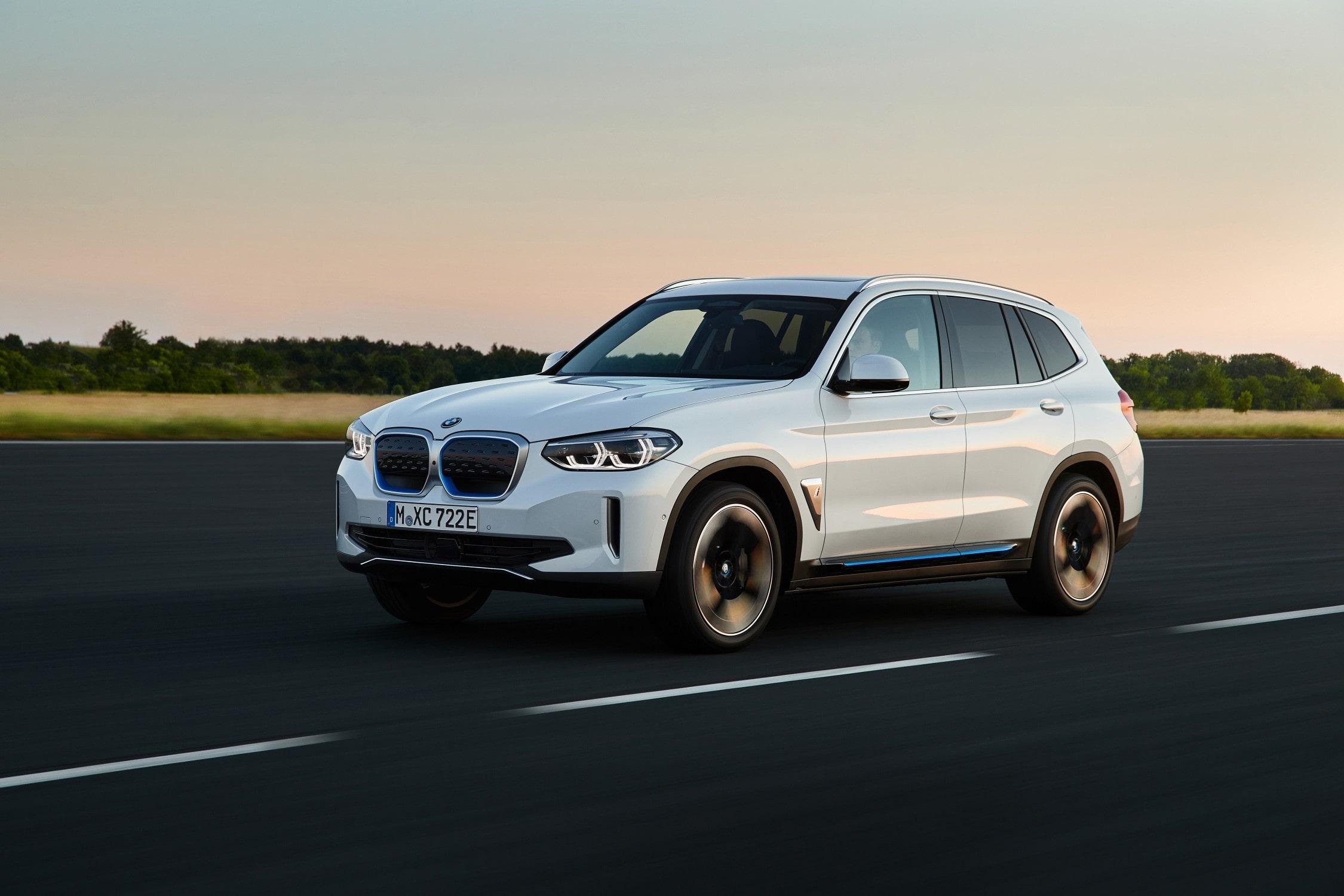 BMW iX3 Rijdend Schuin Voorkant