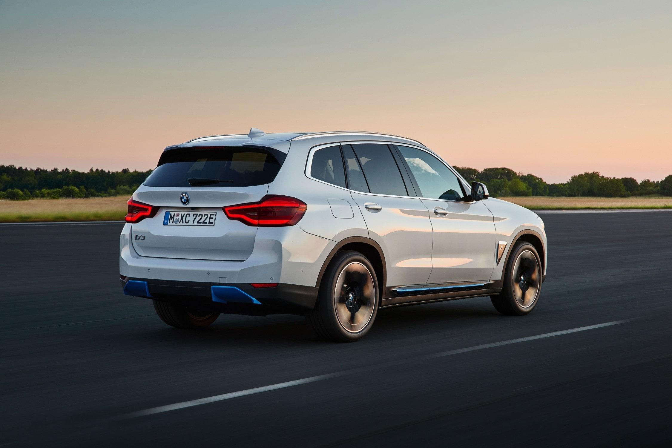 BMW iX3 Rijdend Schuin Achterkant