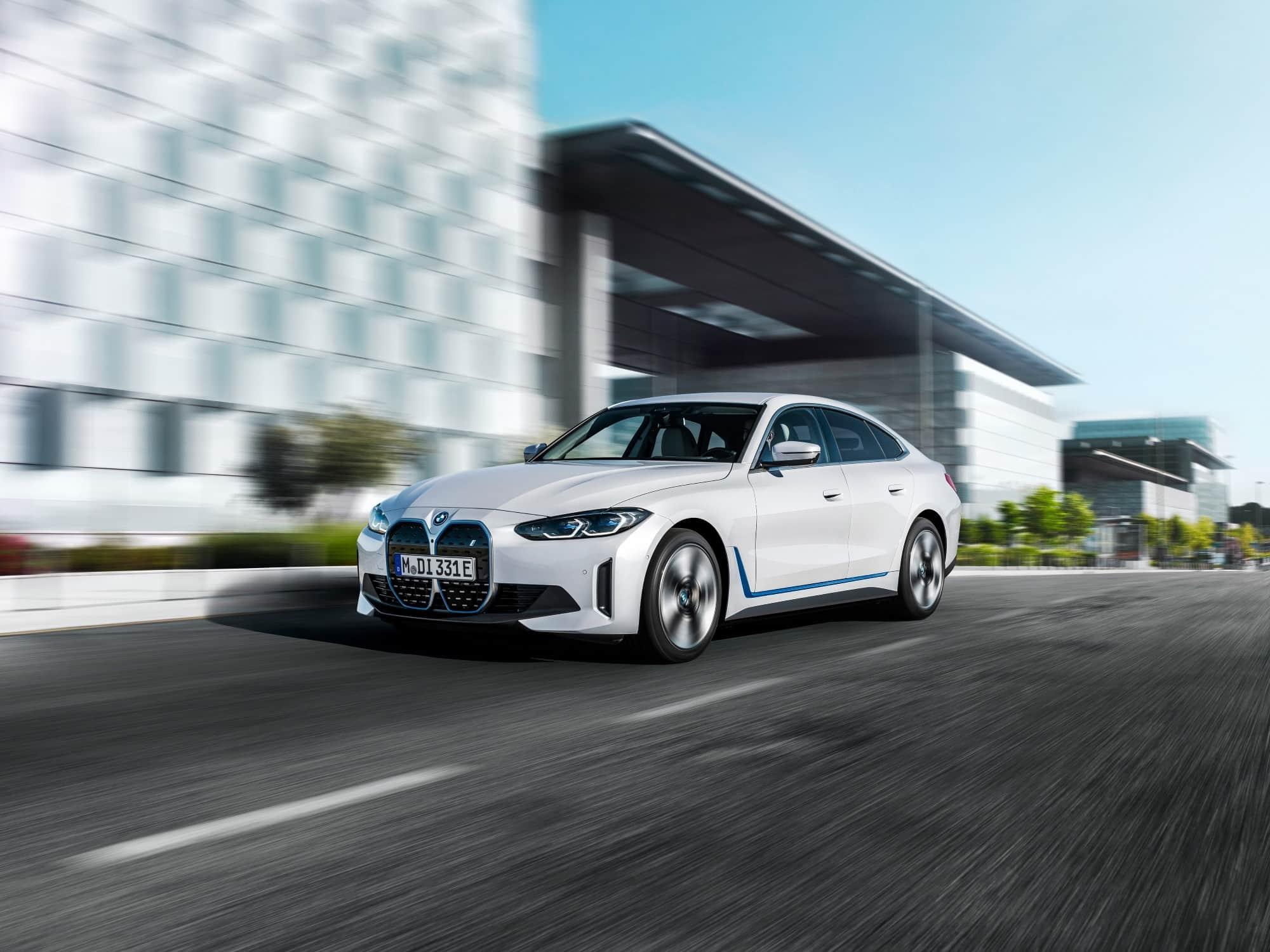 BMW i4 Voorkant schuin rijdend